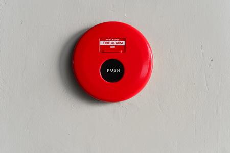 Alarme incendie rouge boîte ronde sur le mur Banque d'images - 53664237