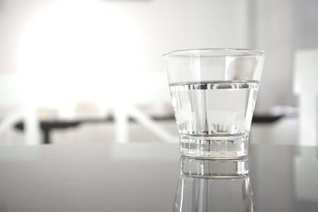 Agua potable clara en vidrio limpio en la mesa del restaurante Foto de archivo - 68443962
