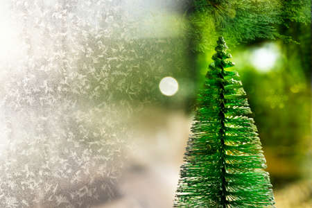 green yellow Christmas tree and white snow flake festive background Banque d'images