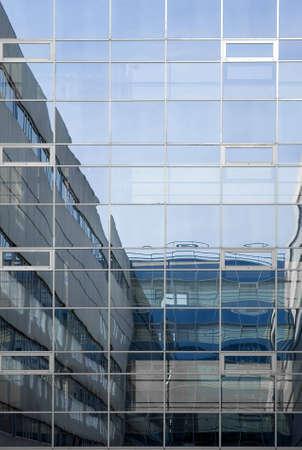 いくつかの建物間の橋のいくつかの窓の反射.