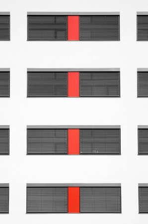 壁の赤い平和で割ったいくつか windows の構築パターン 写真素材