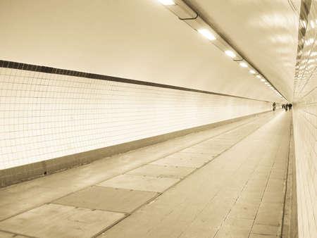 トンネルの終わりには光がないように見えます. 写真素材