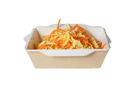 Ensalada de col con zanahorias, en caja blanca Foto de archivo