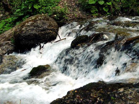 Kleine rivier dicht bij de waterval.
