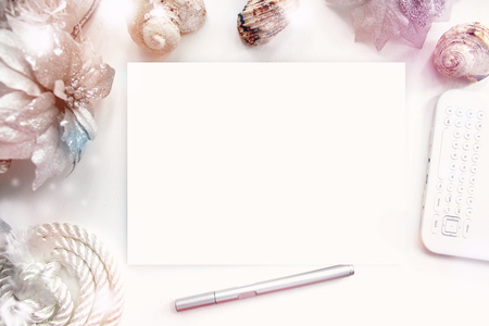 Progettista Desktop sul posto di lavoro, artista, pittore vista dall'alto. moderno modello di tendenza per la pubblicità. Mockup, il layout, template per brochure, banner spazio per il testo. Archivio Fotografico - 46416650