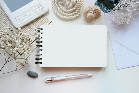 Desktop werkplek ontwerper, kunstenaar, schilder bovenaanzicht. moderne trend sjabloon voor reclame. Mockup, lay-out, template voor de brochure, banner ruimte voor tekst.