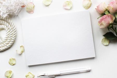 Mock-up voor presentaties met rozen. Desktop werkplek ontwerper, kunstenaar, schilder bovenaanzicht. Moderne trend sjabloon voor reclame.