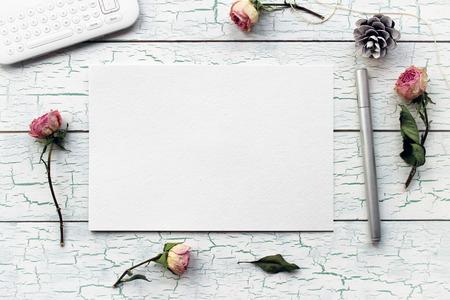 Shabby chic, Boho Mockup voor presentaties met droge rozen. Desktop werkplek ontwerper, kunstenaar, schilder bovenaanzicht. Moderne trend sjabloon voor reclame. product mockup