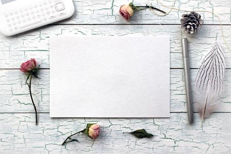 Shabby chic, Boho Mockup per presentazioni con rose secche. Vista dall'alto sul desktop, designer, artista, pittore. Modello di tendenza moderna per la pubblicità. Mockup del prodotto Archivio Fotografico - 49827522