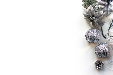 크리스마스, 새 해 첫눈, 흰색 배경 상위 뷰입니다. 텍스트에 대 한 빈 공간이있는 템플릿. 광고, 축하를위한 모형. 휴일 인사말 카드 디자인입니다.