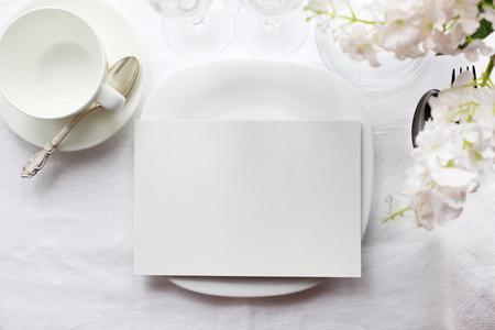 표 카드 모형, 메뉴 모형. 웨딩 패션 사진. 결혼식 초대장입니다. 카드, 예약 카드를 놓습니다. 흰색 아름 다운 식기. 유행 흰색의 색상은 사진을 세련된 스톡 콘텐츠