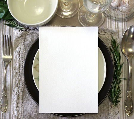 테이블 카드 모형, 메뉴 모형. 빈티지 패션 사진입니다. 결혼식 디너 디자인. 장소 카드, 예약 카드. 아름다운 식기류. 유럽 전통 스타일 스톡 콘텐츠