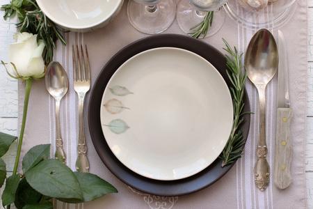 Table carte maquette, le menu avec une maquette Rose. Vintage photographie de mode. la conception du dîner de mariage. Placez la carte, carte réservée. Belle vaisselle. style traditionnel européen