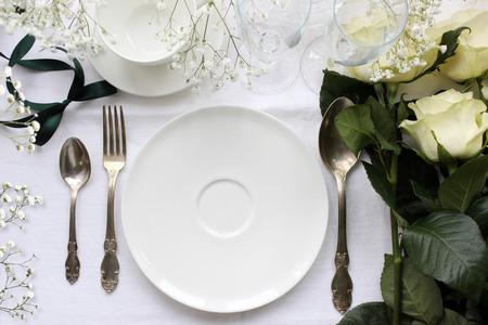 장미와 웨딩 테이블 목업. 빈티지 패션 사진. 웨딩 저녁 식사 디자인. 카드, 예약 카드를 놓습니다. 식기, 골동품 실버 칼.