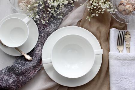 Table mockup, menu mockup. Bruiloft modefotografie. Huwelijksuitnodiging. Plaats kaart of gereserveerde kaart. Wit servies.