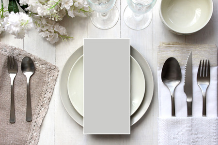 표 카드 모형, 메뉴 모형. 빈티지 패션 사진. 웨딩 저녁 식사 디자인. 카드, 예약 카드를 놓습니다. 아름다운 식기, 전통적인 스타일.