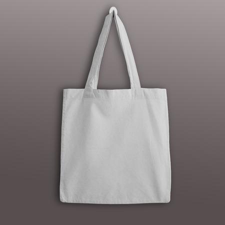 Bianco bianco tote bag in cotone ecologico, disegno mockup. borse della spesa a mano. Archivio Fotografico - 65071470