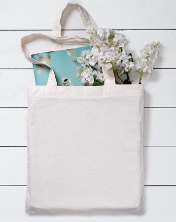 꽃과 노트북, 디자인 mockup 흰색 빈 면화 에코 토트 백.