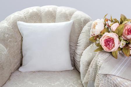 베개 커버 모형. 흰색 베개 방에 안락의 자에. 스톡 콘텐츠