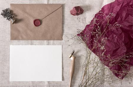 봉투, 왁 스 물개, 펜촉 펜, 빈 카드와 마른 꽃과 모형. 결혼식, 서예 빈티지 고정 모의 업, 상위 뷰입니다.