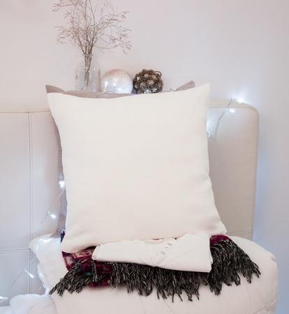 Hoofdkussenhoes Mockup. Wit hoofdkussen op bed in comfortabele slaapkamer. Feestdagen decoraties. Stockfoto