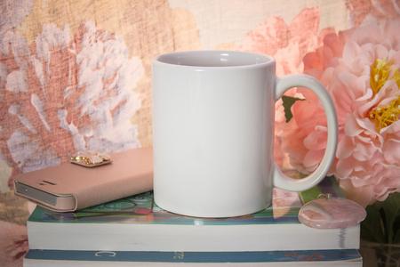 Mock-up van een witte mok met wat vrouwelijke spullen. Voor de geschenken van vrouwen, createurs.