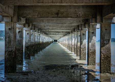 Een brug die uitstrekt in de zee