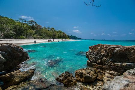 de blauwe zee en de blauwe hemel in vakantie. Strand in Thailand
