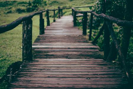 De loopbrug is een houten brug. Houten brug