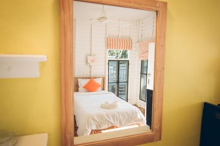 De weerspiegeling van de matras in de spiegel.