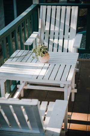 Witte houten stoel