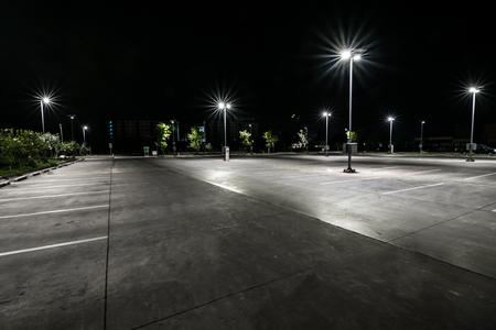 Estacionamento à noite