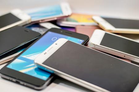 veel van smartphone op een witte achtergrond Stockfoto