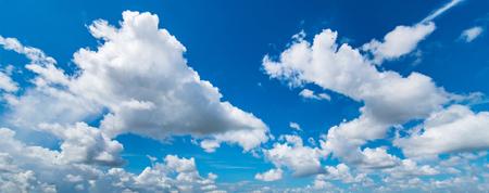 de blauwe lucht