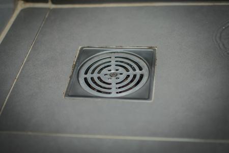 vloerafvoer in de badkamer Stockfoto