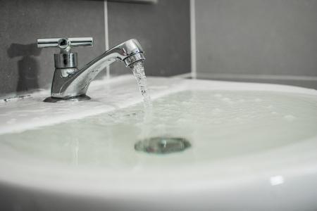 Overstromend water uit de wastafel
