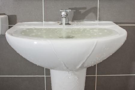 Desbordamiento de agua del lavabo