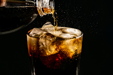 poured beverrage into a glass with ice,Cola drink is fizzy Stockfoto