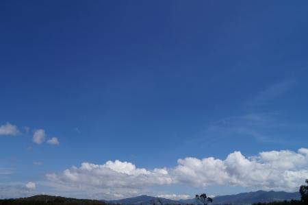 azul: Cielo azul en Colombia con nubes bajas
