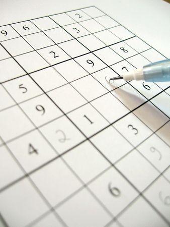whose: Un parcialmente llenos sudoku puzzle con l�piz. Sudoku es un adictivo puzzle matem�tico japon�s cuyo objetivo es rellenar una cuadr�cula de modo que cada fila, cada columna y cada caja 3x3 contenga los n�meros del 1 al 9.  Foto de archivo