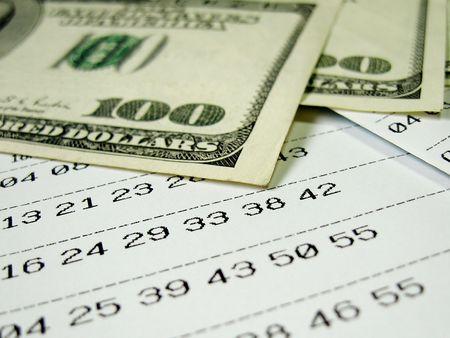 Biglietto della lotteria con fatture dollaro, close-up, superficiale DOF