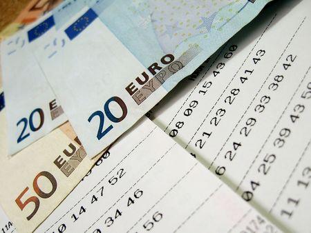 Biglietto della lotteria con fatture di euro, close-up, superficiale DOF