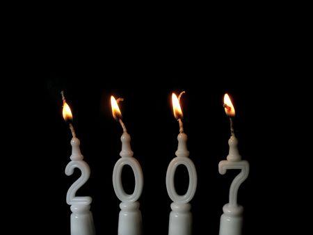 Capodanno celebrazione: la masterizzazione di candele mostrando l'anno 2007 a sfondo nero  Archivio Fotografico