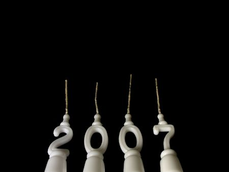 Capodanno celebrazione: candele mostrando l'anno 2007 visto dal basso su sfondo nero, con copia spazio al di sopra