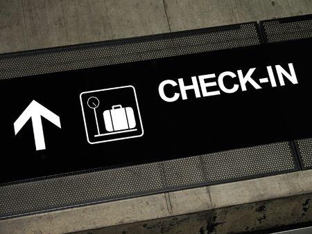 Aeroporto segno che punta al check-in, immessi sul esposti concreti fascio.