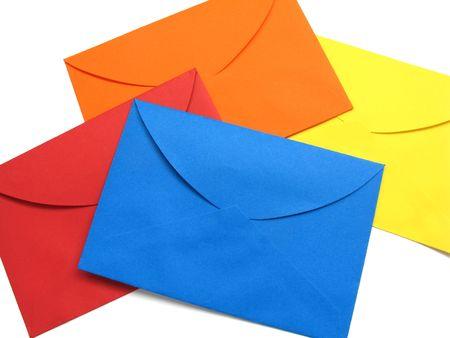 correspondencia: Una serie de cuatro sobres brillante (rojo, azul, amarillo y naranja), parte trasera, aislado en blanco, con sombras naturales.