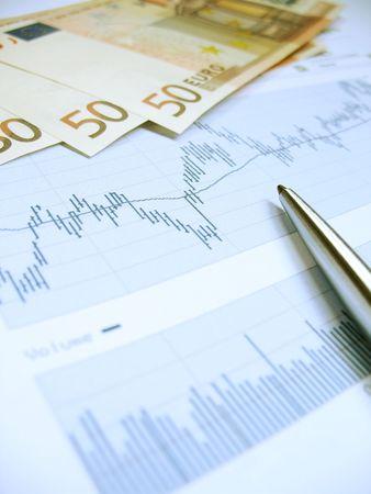 Borsa grafici per l'analisi degli investitori, con il 50 Euro $ fatture e penna, utilizzando selettiva concentrarsi sul grafico e penna.