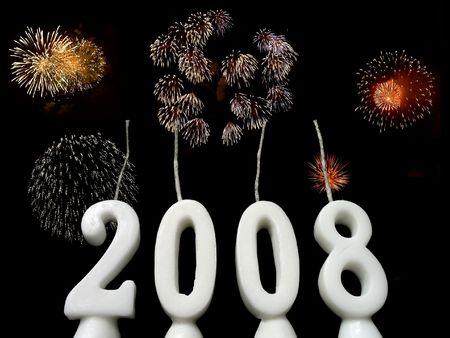 Nuovo Anno 2008: le candele che mostrano lanno 2008 sseen da sotto, con i fireworks nei precedenti