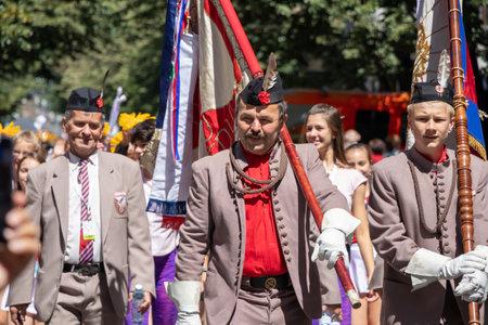 PRAGUE, CZECH REPUBLIC - JULY 1, 2018: Men parading at Sokolsky Slet, a once-every-six-years gathering of the Sokol movement - a Czech sports association 新聞圖片