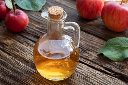 A bottle of apple cider vinegar on a rustic background Zdjęcie Seryjne